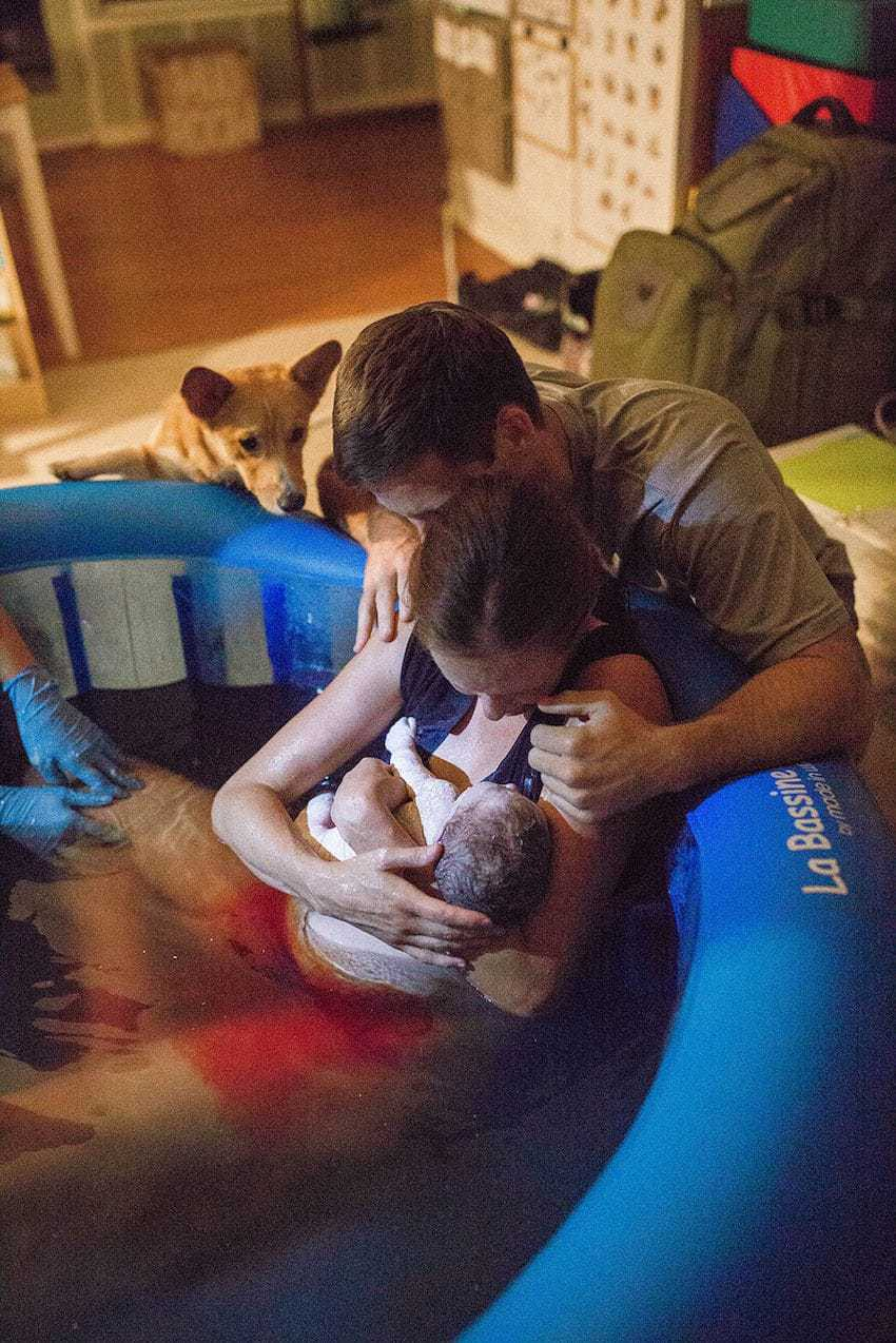 dog gatecrashes home birth photos - looks over dad's shoulder